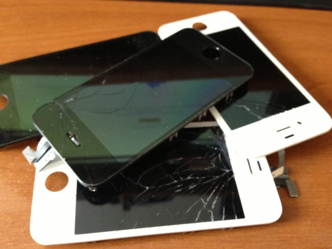 Broken_apple_iphone_4s_display_pile