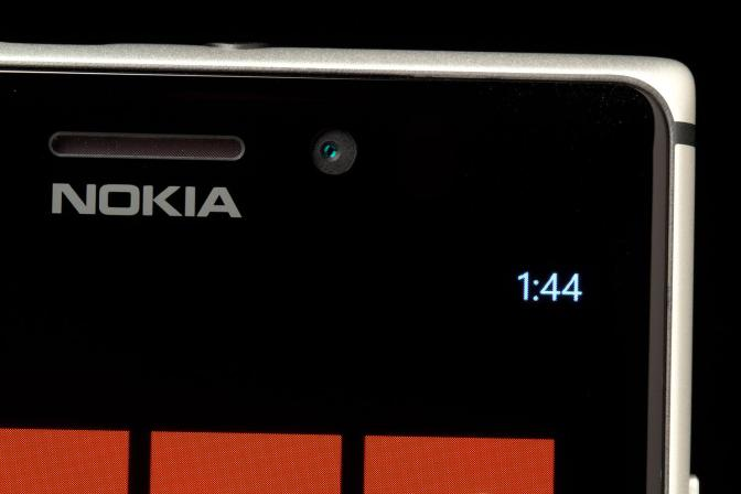Nokia-Lumia-925-top-screen-corner